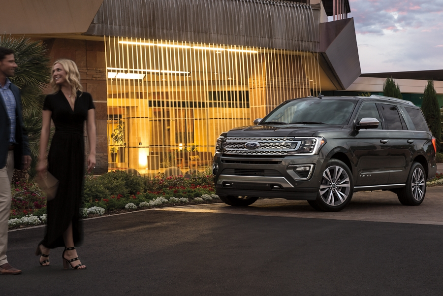 La Ford Expedition Platinum 2020 estacionada de noche fuera de un edificio iluminado