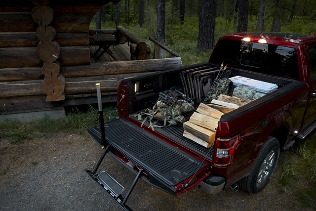 Plataforma de camioneta cargada con el escalón integrado en puerta trasera disponible