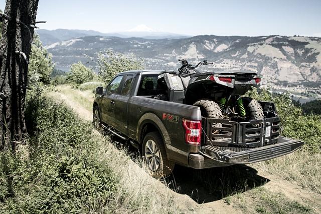 La Ford F 1 50 2020 subiendo una colina en un lugar todo terreno remoto