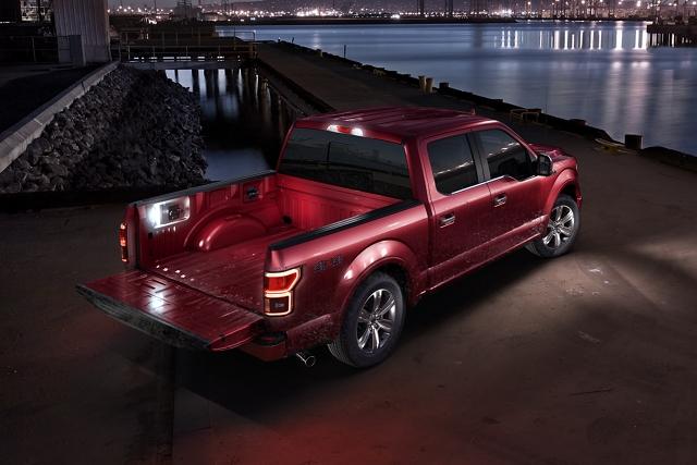 Luces L E D disponibles iluminando la plataforma de la FordF1502020