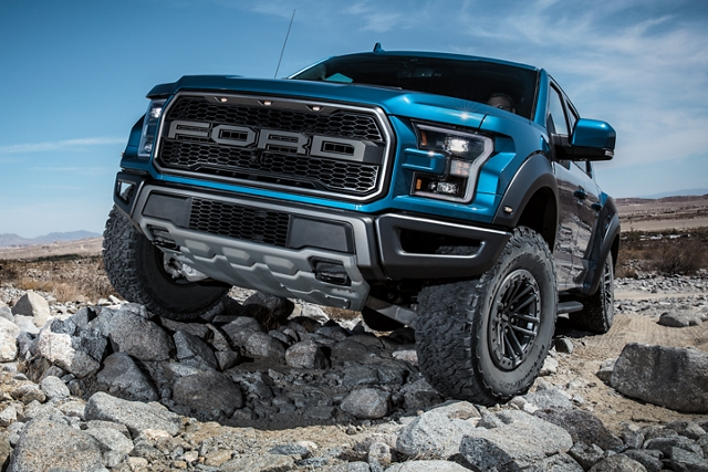 La Ford F 1 50 Raptor 2020 subiendo por un terreno rocoso