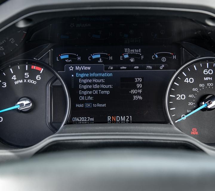 El Grupo de Instrumentos Digital en una Ford2021 para Trabajo Mediano con elIntelligent OilLifeMonitor donde se ve información del motor