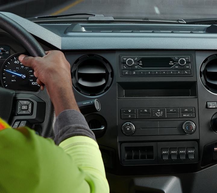 Trabajadores en los asientos del conductor y del pasajero en la parte delantera del interior de unaFordF7502021