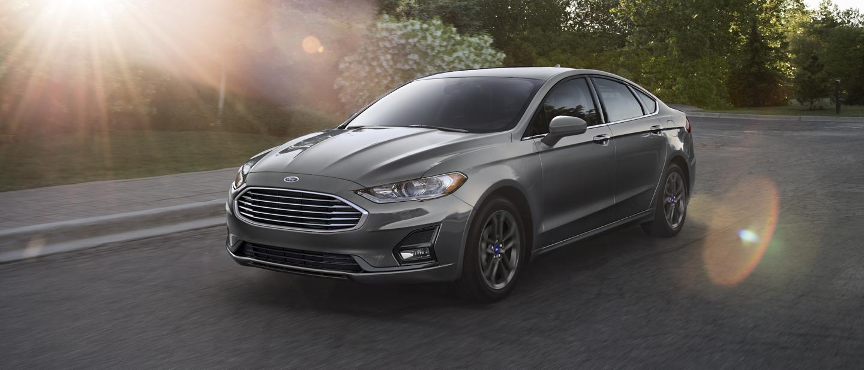 Ford Fusion 2020 circulando por una calle de ciudad a pleno sol
