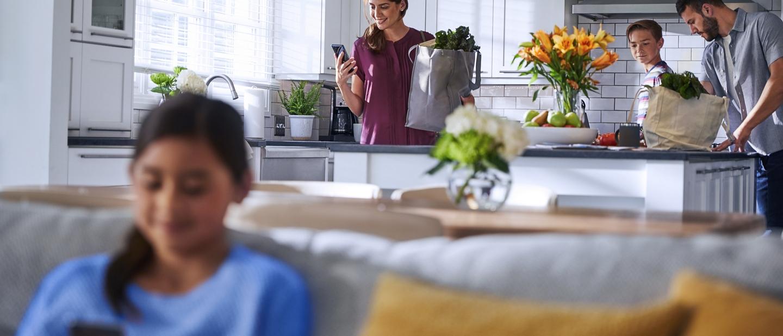 Una familia de cuatro usa dispositivos conectados en su hogar