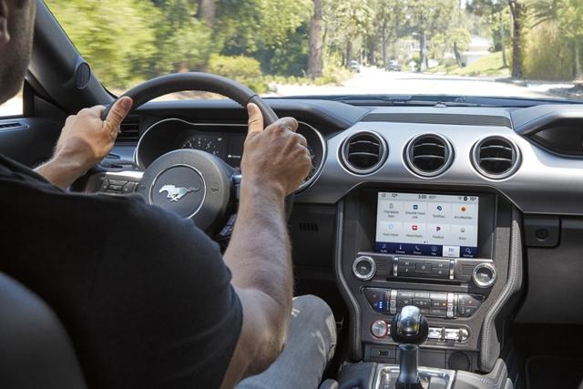 Hombre al volante de un Ford Mustang 2020