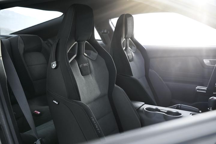 Primer plano del interior del Ford Mustang G T 3 50 2020 con asientos RECARO en Dark Slate