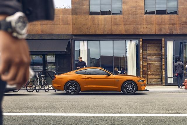 Un Ford Mustang G T 2020 en Twister Orange estacionado en una calle