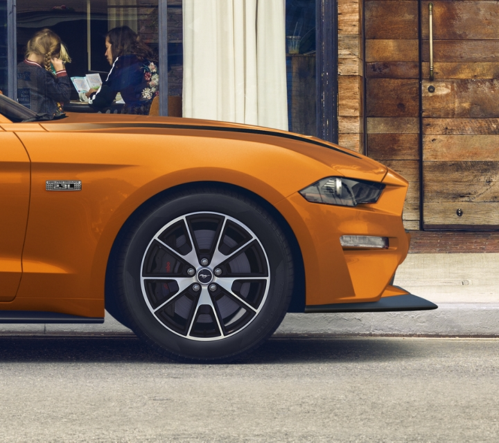 Un Ford Mustang G T 2020 en Twister Orange estacionado en una calle