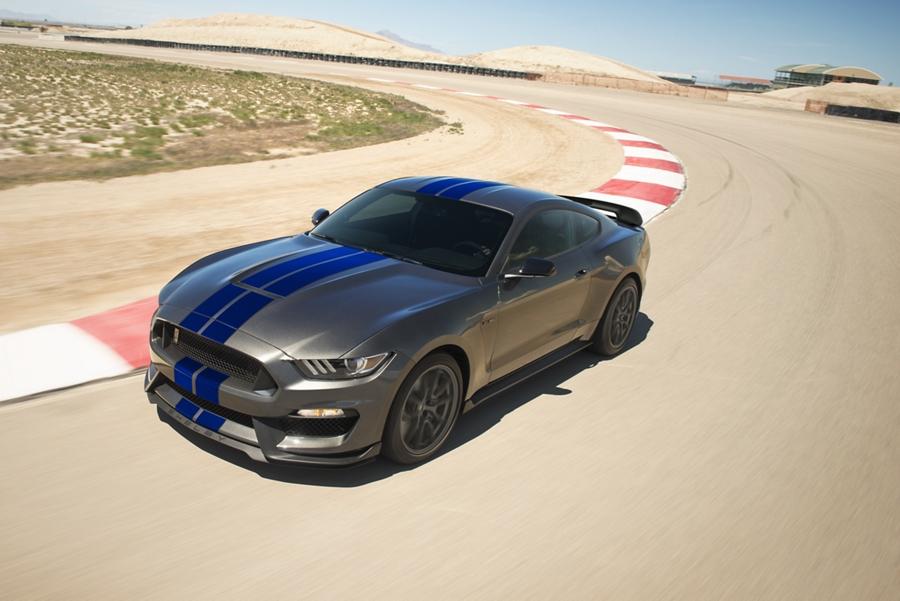 Ford Mustang 2020 en una pista tomando una curva