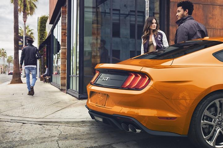Imagen trasera del Ford Mustang 2020 en Twister Orange Metallic tinted clearcoat estacionado en una calle de ciudad