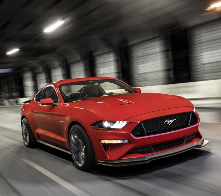 Un Ford Mustang 2020 en Rapid Red con el Paquete de Desempeño Nivel Dos