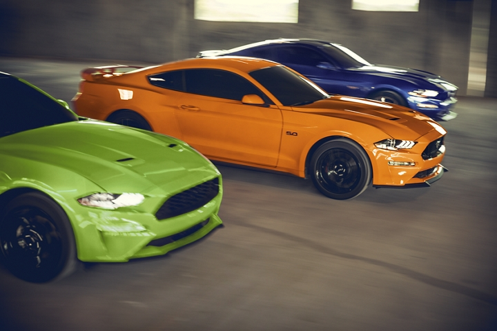 Tres modelos Ford Mustang 2020 en un garaje de estacionamiento