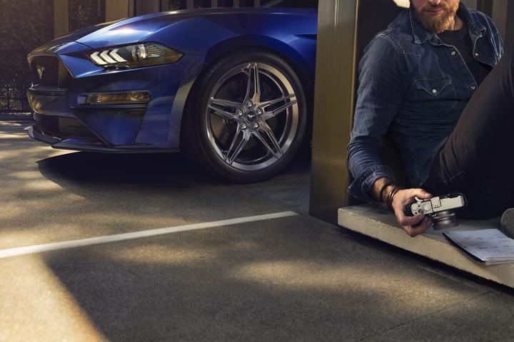 Primer plano de la rueda delantera del lado del conductor de un Ford Mustang 2020
