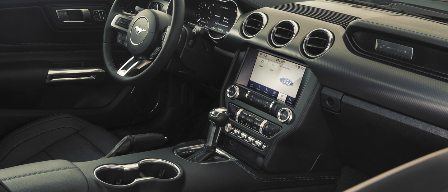 Interior de un Ford Mustang 2020 en Ebony Black