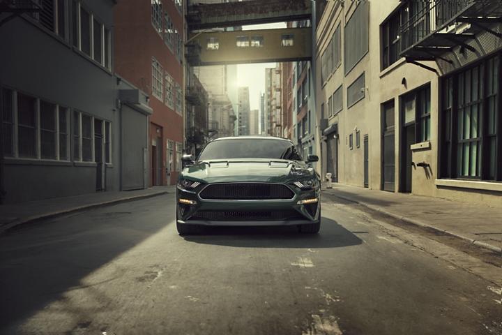 Exterior del Ford Mustang BULLITT 2020 que es conducido por un callejón
