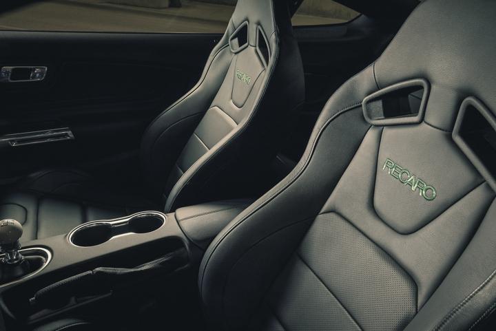 Interior del Ford Mustang BULLITT 2020 con asientos Recaro