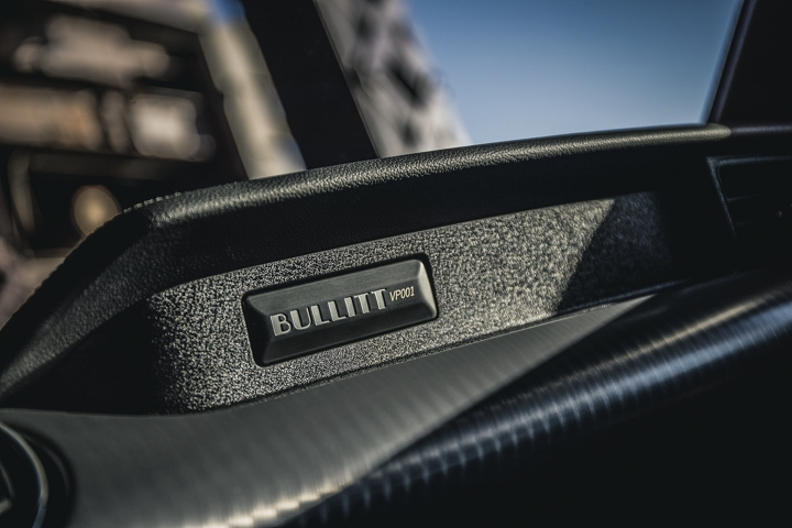 Interior del Ford Mustang BULLITT 2020 con emblema de BULLITT
