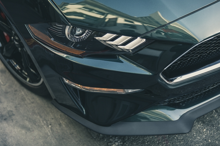 Primer plano de los faros delanteros del Ford Mustang BULLIT 2020