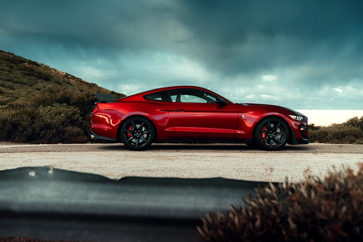 Ford Mustang G T 500 2020 en Rapid Red se ve una montaña en el fondo