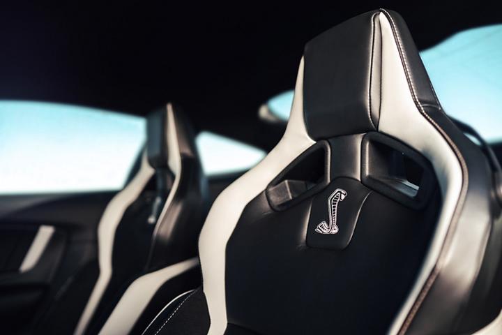 Asientos del Ford Mustang G T 500 2020 con el logo de Shelby