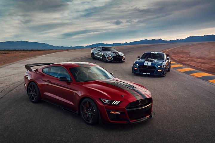 Tres Ford Mustang G T 500s 2020 alternados en una carretera en el desierto