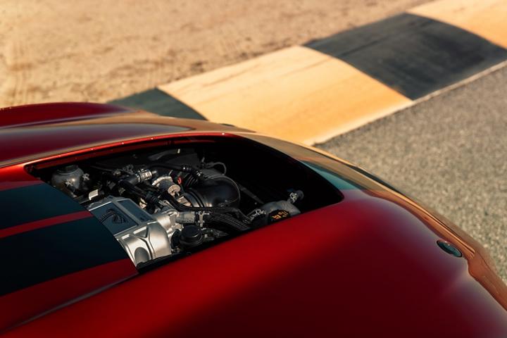 Primer plano del capó del Ford Mustang G T 500 2020 sin la ventilación del capó