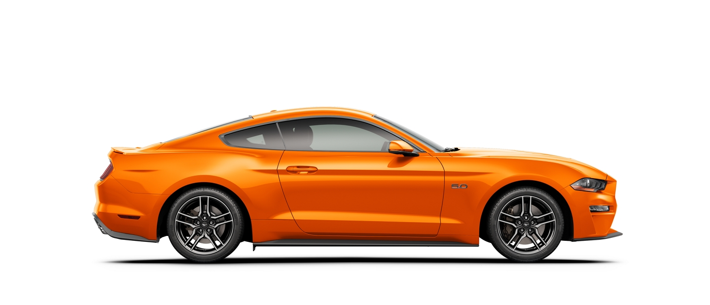Un Ford Mustang 2020 en Twister Orange con un fondo blanco