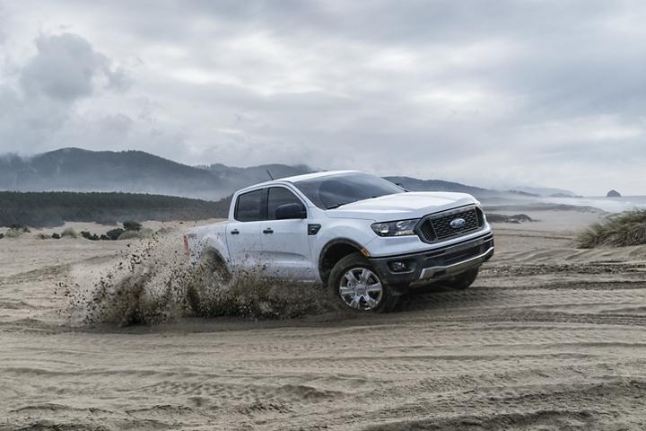 La Ford Ranger 2019 pasando por un terreno arenoso a orilla del mar