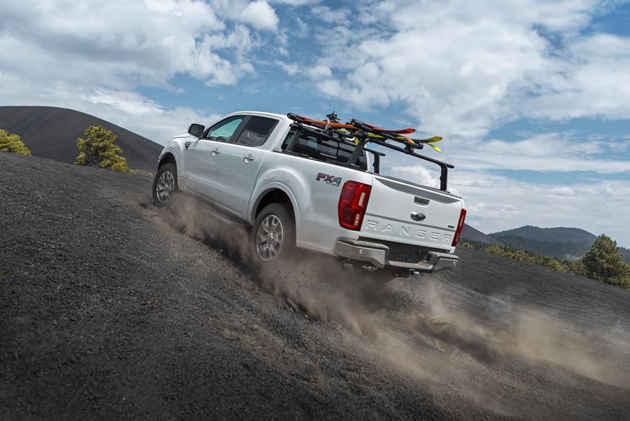 La Ford Ranger 2019 cuesta arriba en un terreno desértico