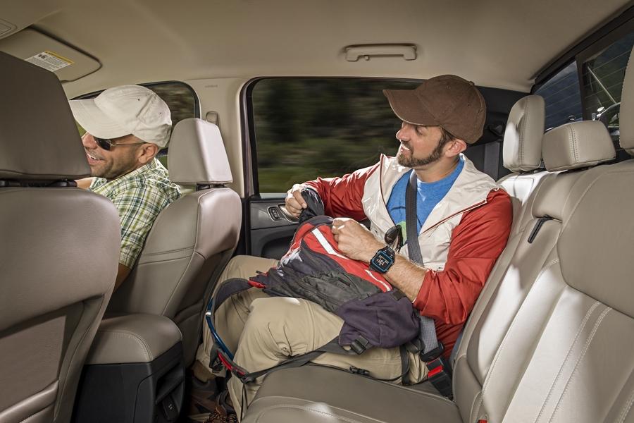Hombre sentado en el asiento trasero de una Ford Ranger SuperCrew 2019