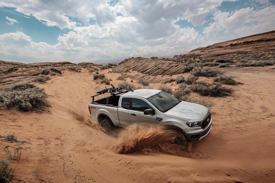 La Ford Ranger 2019 doblando cerrado en una duna de arena
