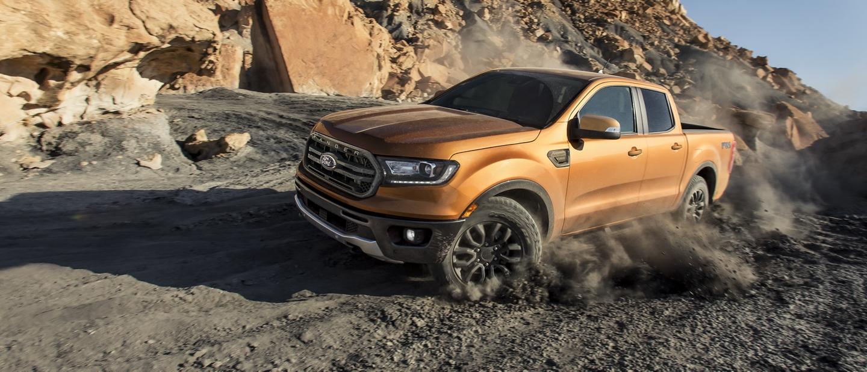 La Ford Ranger 2019 yendo cuesta abajo en un terreno con mucha tierra