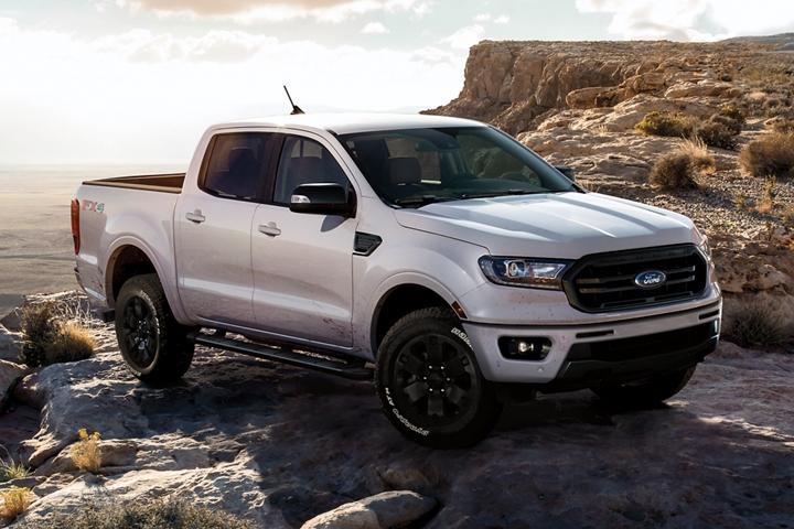 Se muestra una nueva Ford Ranger LARIAT Super Crew 2019 en White Platinum Tri Coat Metallic y Paquete de Apariencia Black al borde de un acantilado