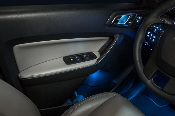 Se muestra panel de la puerta de la Ford Ranger LARIAT 2020 con inserciones en Medium Stone