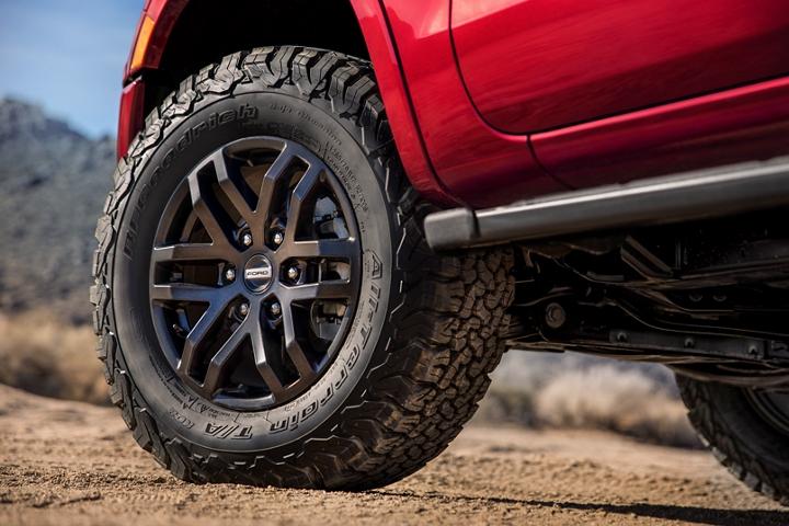 Primer plano de las ruedas en Dyno Gray en unaFordRanger2020 con Paquete de Desempeño Ford
