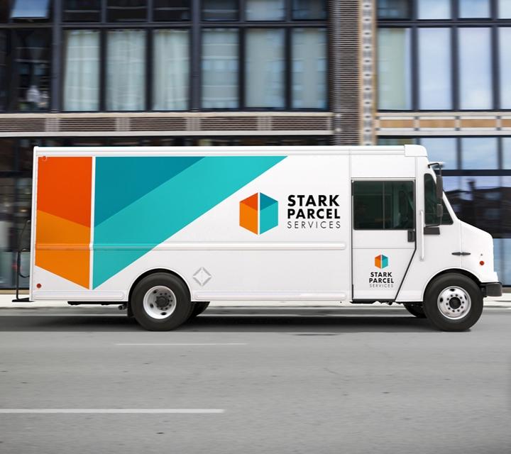 Una van de entrega comercialpasando por una calle urbana