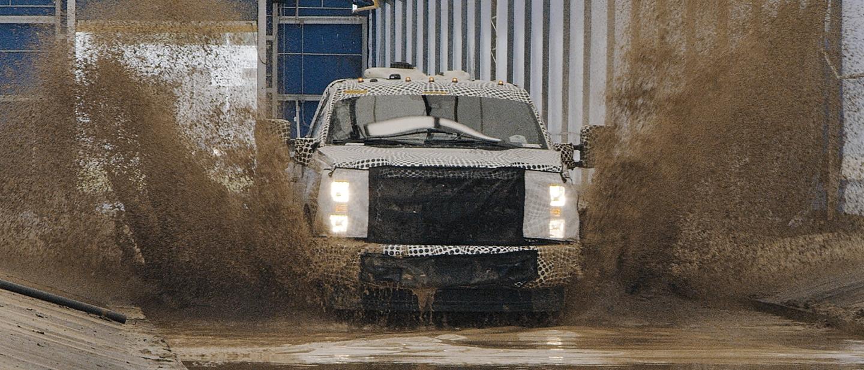 Una Ford Super Duty 2020 salpicando al pasar por un charco grande