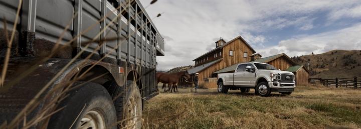 Un ranchero monta a caballo al lado de una Super Duty 2020