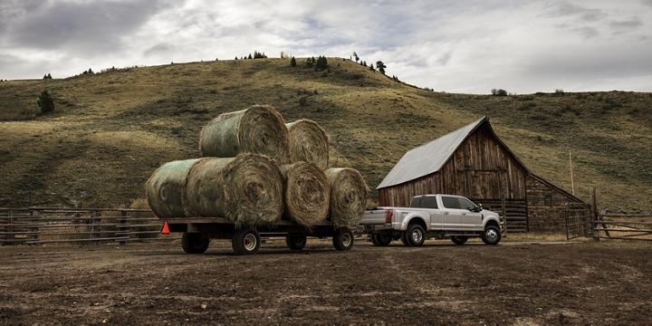 Una Super Duty 2020 remolca fardos pesados a un rancho