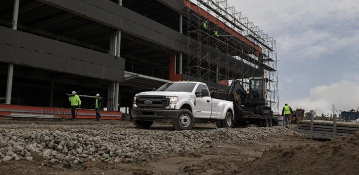 Una Super Duty 2020 remolca una pieza de maquinaria pesada en un sitio de construcción