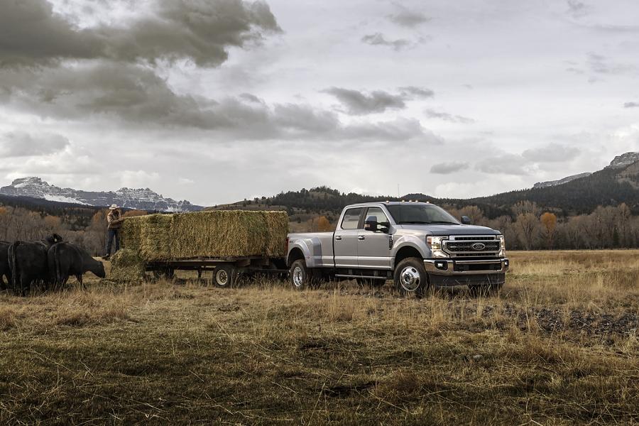 Una Ford Super Duty 2020 remolcando barriles grandes de heno