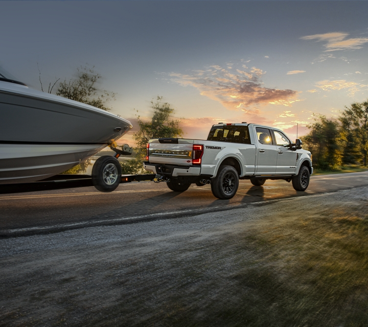 Una Ford Super Duty Platinum F 2 50 Crew Cab 2020 con Paquete Tremor Todo Terreno en Star White Metallic