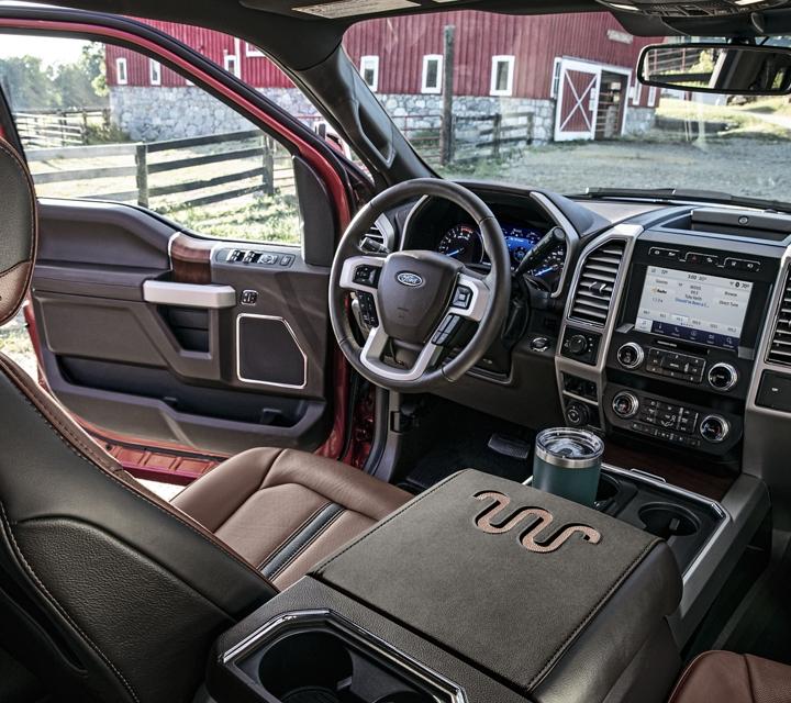 Imagen del interior de unaFordSuper Duty F250King Ranch2020 con la puerta del lado del conductor abierta