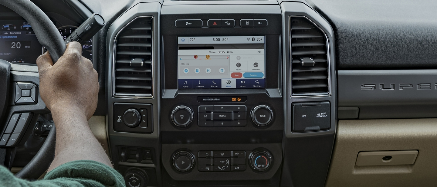 Interior de una Ford Super Duty 2020 con persona manejando