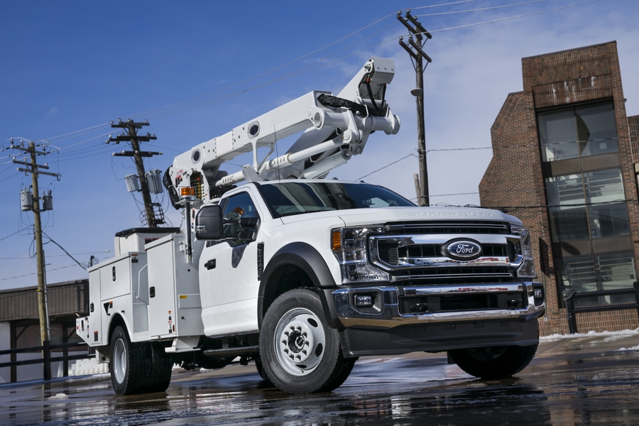 La Super Duty F 600 2020 en Oxford White en un sitio de trabajo