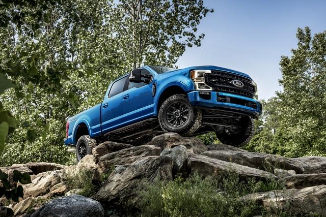 Una Ford Super Duty 2020 con Paquete Tremor cuesta abajo por piedras grandes