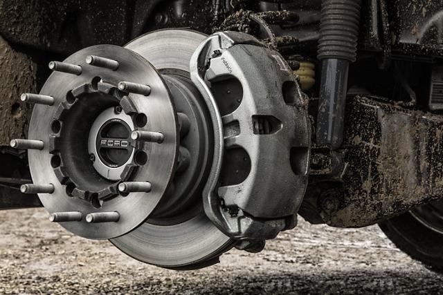 Se muestra una Ford Super Duty 2020 sin ruedas con mordazas de freno y rotores