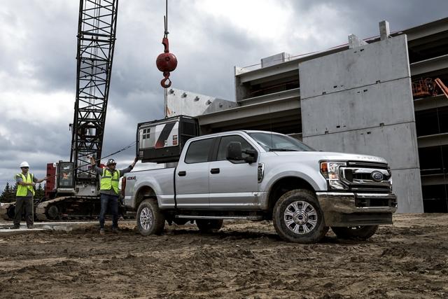 Una Ford Super Duty 2020 en un sitio de construcción bajando un equipo de la plataforma