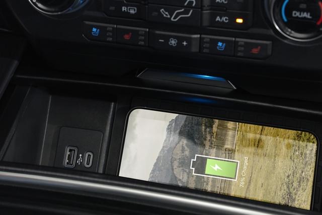 Smartphone cargándose en la base de carga inalámbrica